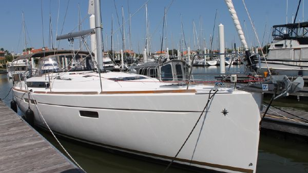 Jeanneau 469 Starboard bow view at the Dock