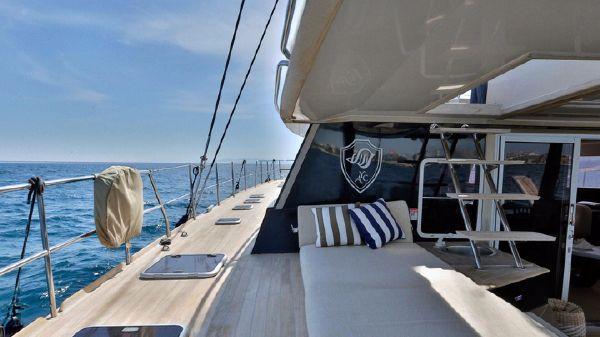 Sunreef 62 Side deck & sunbathing area