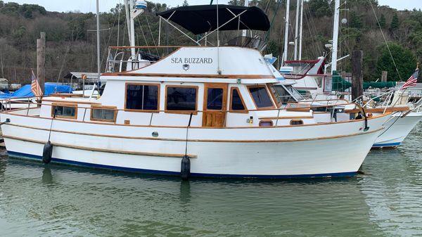 Marine Trader Tri-Cabin