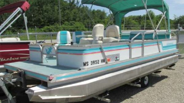 Kennedys Fish and Cruise pontoon