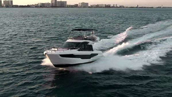 Galeon 400 Fly image