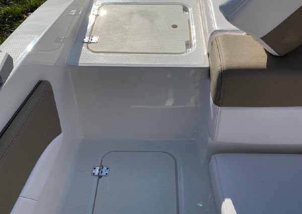 Chaparral 21 SSI Sport Outboard image
