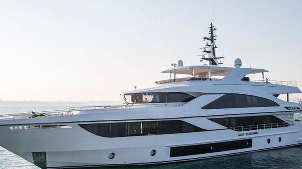 Majesty Yachts 140