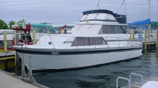 Marinette 32 Sedan Flybridge