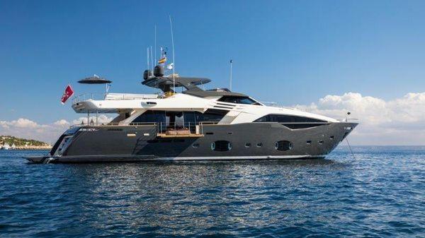 Ferretti Yachts Custom Line 100'