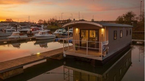 Houseboat 40 w Freehold mooring