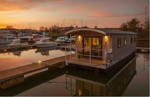 Houseboat 40 w Freehold mooring - main image