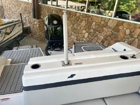 Starcraft SVX 231 OB Deck Boat image