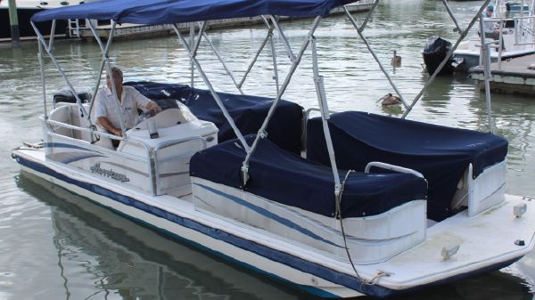 Hurricane Fun Deck 226 Outboard