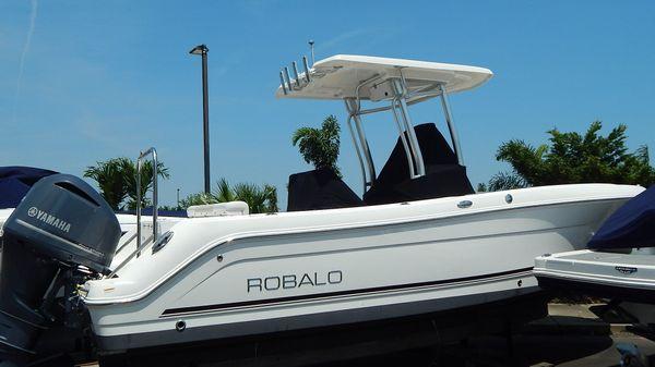 Robalo R242 Center Console