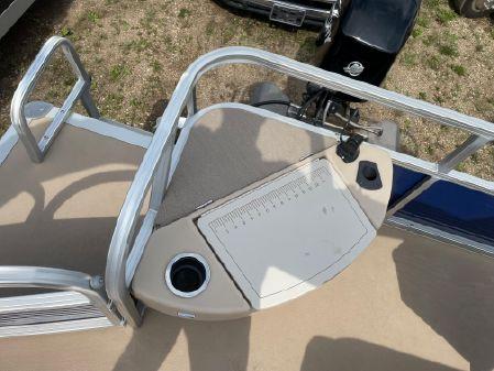 Sun Tracker Fishin Barge 20 DLX image