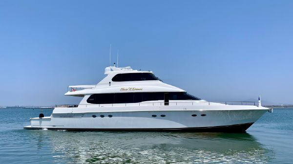 Lazzara Yachts Skylounge