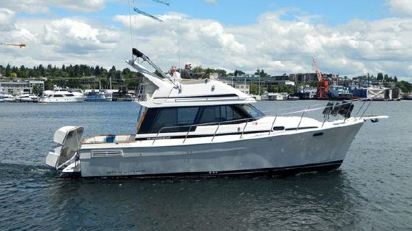 Bayliner 3288 Motoryacht Underway Profile