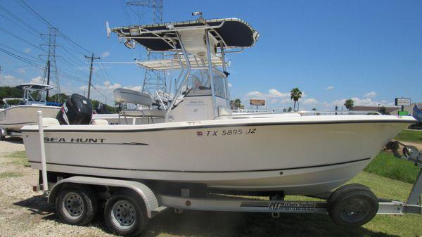Sea Hunt Triton 212