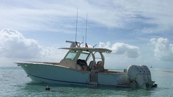 Scout 350 LXF Scout Boats 2015 350 LXF - Side View Water.jpg
