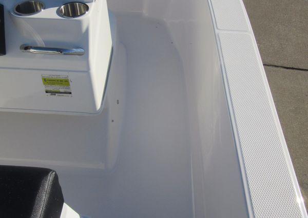 Robalo R160 Center Console image